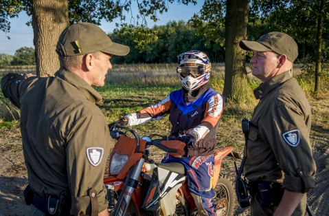 On Tour in buitengebied met motorcrosser
